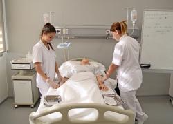 Alumnes realitzant cura de ferides